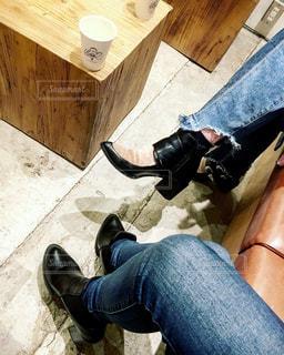 地面に横になっている人の写真・画像素材[1029597]