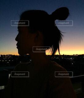 日没の前に立っている人の写真・画像素材[1029605]