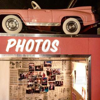 店の前に停まっている車の写真・画像素材[1351970]