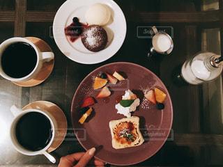 食品とコーヒーのカップのプレートの写真・画像素材[1613929]
