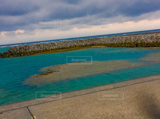 水の体の横にあるビーチの写真・画像素材[752561]