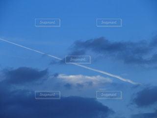 秋空の飛行機雲の写真・画像素材[780307]
