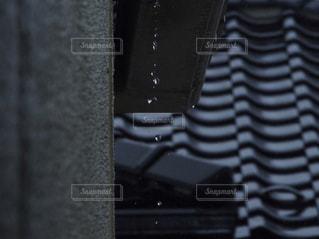 屋根から滴る雨粒の写真・画像素材[819243]