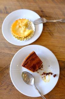 テーブルの上に食べ物のプレートの写真・画像素材[962067]