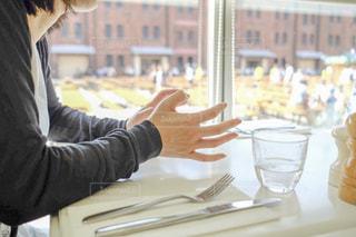 テーブルに座る人の写真・画像素材[2094709]