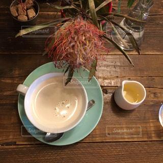 食品やコーヒー テーブルの上のカップのプレート - No.716059