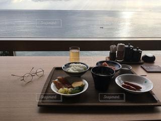 テーブルの上に食べ物のプレートの写真・画像素材[1063065]