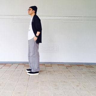 部屋に立っている男 - No.713790