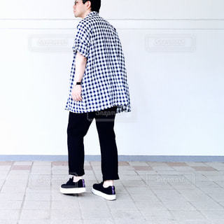 後ろ姿の男の写真・画像素材[713801]