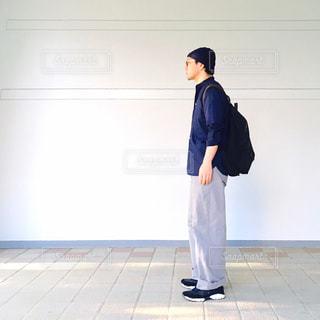 横向き立っている人の写真・画像素材[715946]