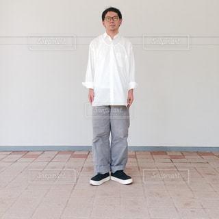 白いシャツを着た男の写真・画像素材[735814]