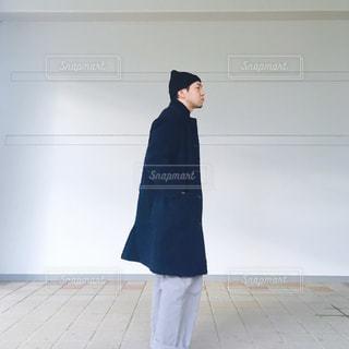 ネイビーコートを着る横向きメンズの写真・画像素材[909890]
