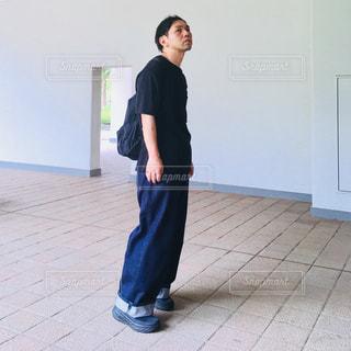 部屋に立っている男の写真・画像素材[1433050]