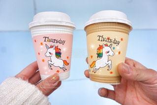 一杯のコーヒーを保持している人の写真・画像素材[993421]