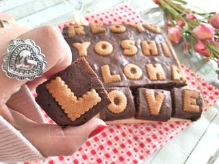 テーブルの上のチョコレート ケーキの写真・画像素材[1008758]