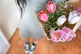 テーブルの上の花の花瓶の写真・画像素材[1017173]