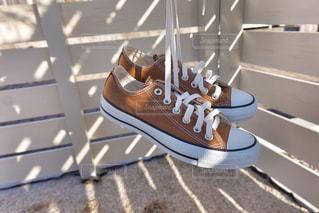 近くにいくつかの靴のアップの写真・画像素材[1068694]