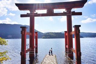 水の体の横に木製の桟橋の写真・画像素材[1068699]