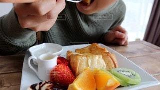 食事中の写真・画像素材[3141673]