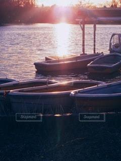 夕暮れの静まりかえったボート乗り場の写真・画像素材[3493472]