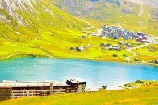山に囲まれた綺麗な湖の写真・画像素材[3903242]