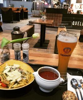 食品やコーヒー テーブルの上のカップのプレートの写真・画像素材[810777]