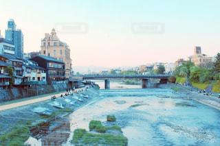 夕方の鴨川沿いの写真・画像素材[1155325]