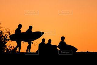朝焼けに浮かぶサーファーのシルエットの写真・画像素材[2862836]