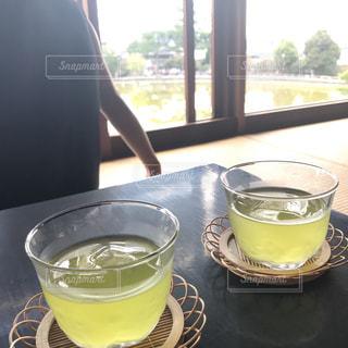 コーヒーやビール、テーブルの上のガラスのカップの写真・画像素材[705737]