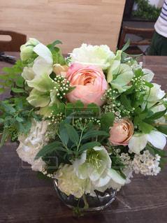 テーブルの上に花瓶の花の花束の写真・画像素材[1233352]