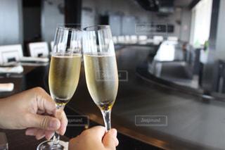 ワインのグラスを持っている手の写真・画像素材[815165]