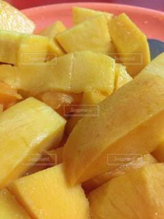 皿の上にマンゴーの写真・画像素材[2097973]