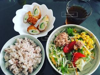 種類の皿の上の食べ物がいっぱい入ったボールの写真・画像素材[874129]