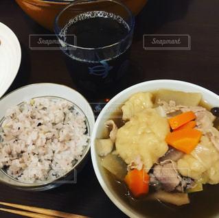 板の上に食べ物のボウルの写真・画像素材[874131]