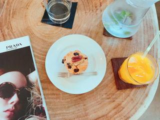 食品やジュース テーブルの上のマフィンの写真・画像素材[746762]
