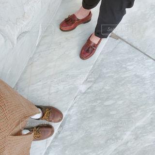 大理石の上に乗るカップルの足元の写真・画像素材[762806]
