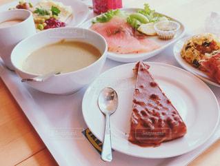 テーブルの上に食べ物のプレートの写真・画像素材[932308]