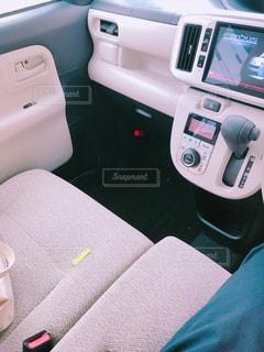 ベッドの上で座っている車の写真・画像素材[1252557]