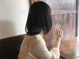 窓越しの女の写真・画像素材[1063092]