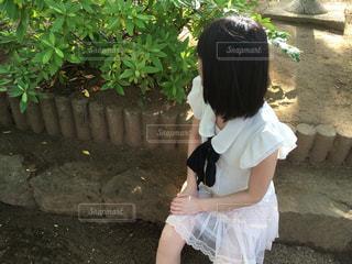 動物園で座っている女の子の写真・画像素材[1063105]