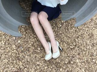 土管に座っている女の写真・画像素材[1063110]