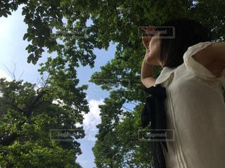 木の隣に立っている人 - No.1063123