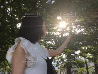 ワンピースを着ている女性の写真・画像素材[1063132]