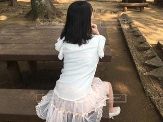 ベンチに座っている女性の写真・画像素材[1069111]