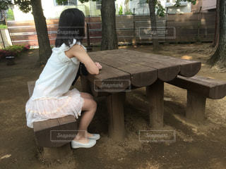 ベンチに座っている女性の写真・画像素材[1069113]