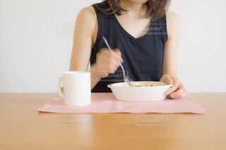 カレーを食べる女性 - No.528322