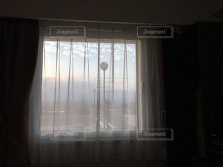 暗い部屋でウィンドウ ガラスのドア - No.712336