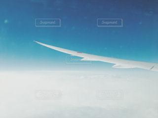 飛行機の窓からみえる翼 - No.933480
