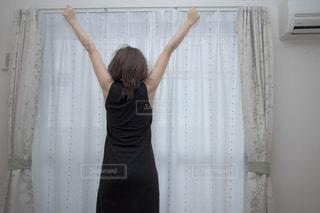 伸びをする女性 - No.969748