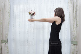 花を持っている女性 - No.969750